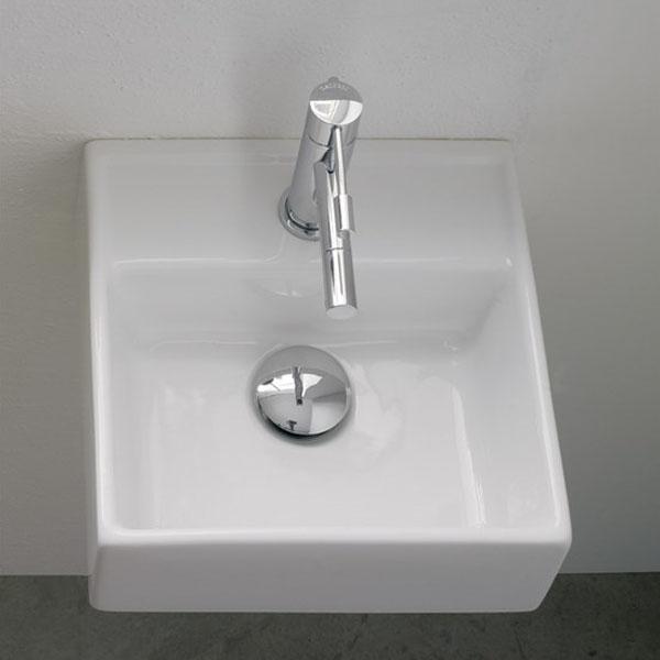 Конзолна мивка в малък квадратен размер