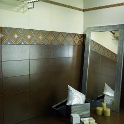 Плочки за баня/ Колекция Damasco - колекция плочки за баня от DUAL GRES/ Баня с плочки в бял, бежов и кафяв цвят раздвижени с принт на цветя