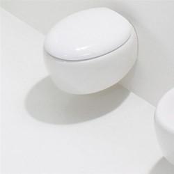 Окачена тоалетна чиния в уникален футуристичен дизайн